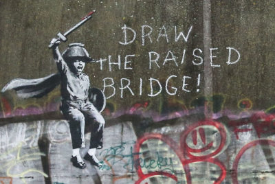 Jason Fanthorpe banksy hull fresque pont sauvetage graffiti enfant epee angleterre 400x268 - Une œuvre de Banksy sauvée in-extremis par un laveur de vitre