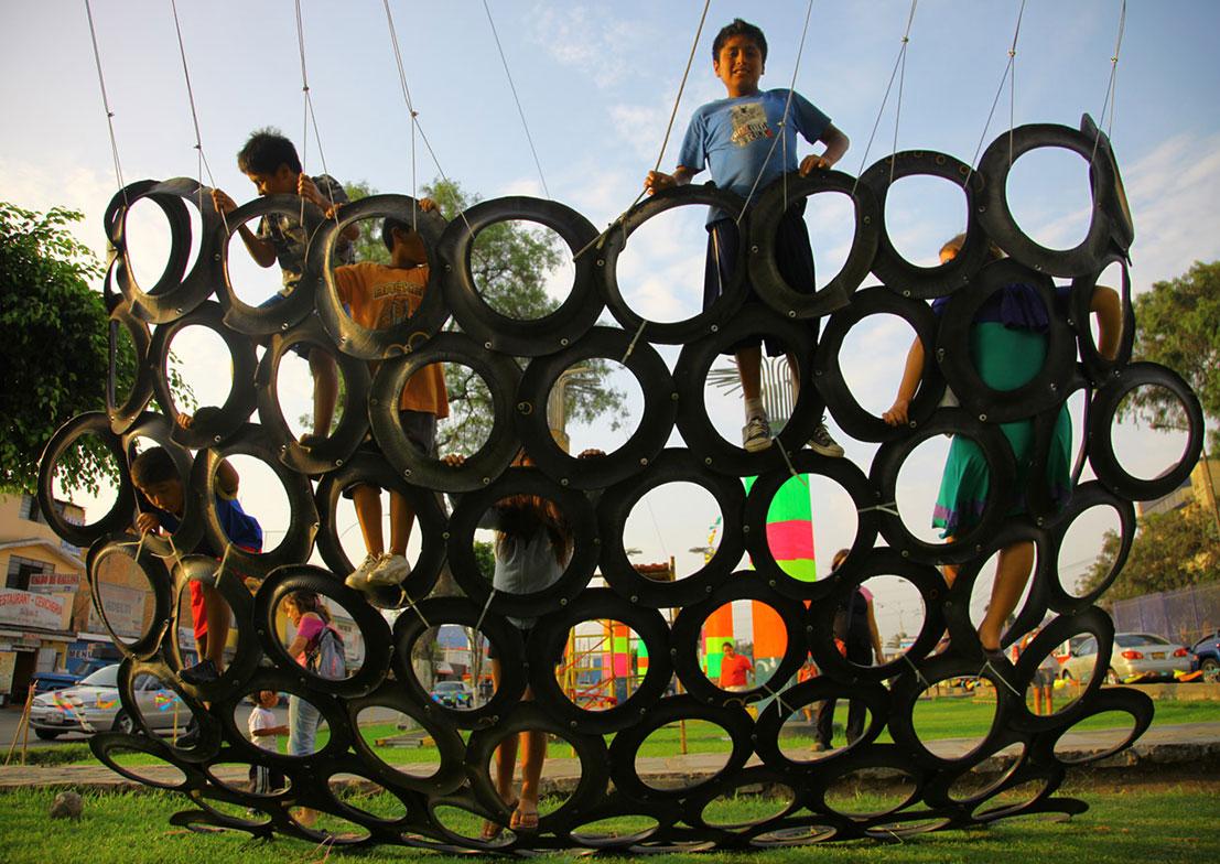 basurama lima espace de jeu installation - Le collectif Basurama fait du recyclage un art véritable