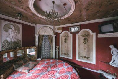 """love hotel statuesBobThissen 400x268 - Urbex : dans l'étrange intimité d'un """"love hotel"""" japonais abandonné"""