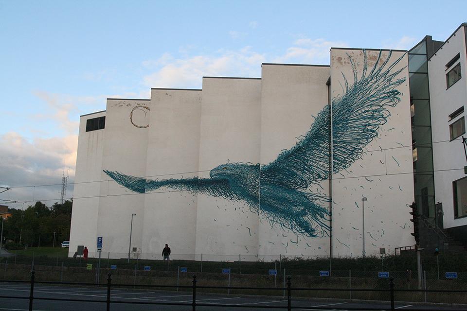 """DALeast boras suede street art mur illusion optique oiseau bleu 1 - La ville suédoise Borås accueille le festival de street art """"No Limit"""""""