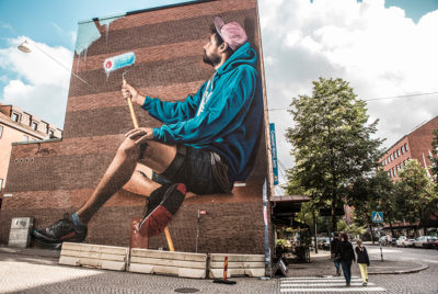 """Lonac boras suede street art mur portrait street artist homme passant rue 400x268 - La ville suédoise Borås accueille le festival de street art """"No Limit"""""""
