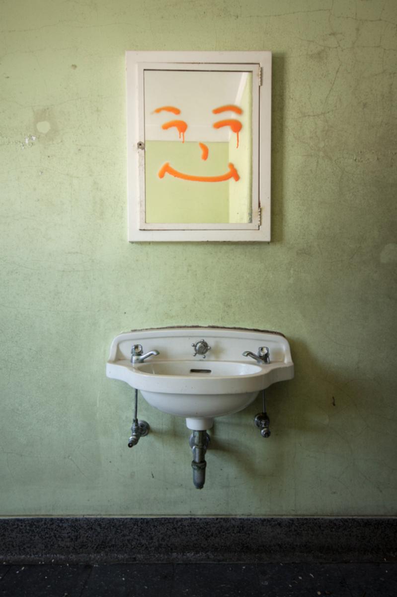 """StevenBley 25mirrors photographie urbex miroir lieux abandonnes 4 png - """"25 Mirrors"""" : une série de photos urbex avec le miroir comme seul sujet"""