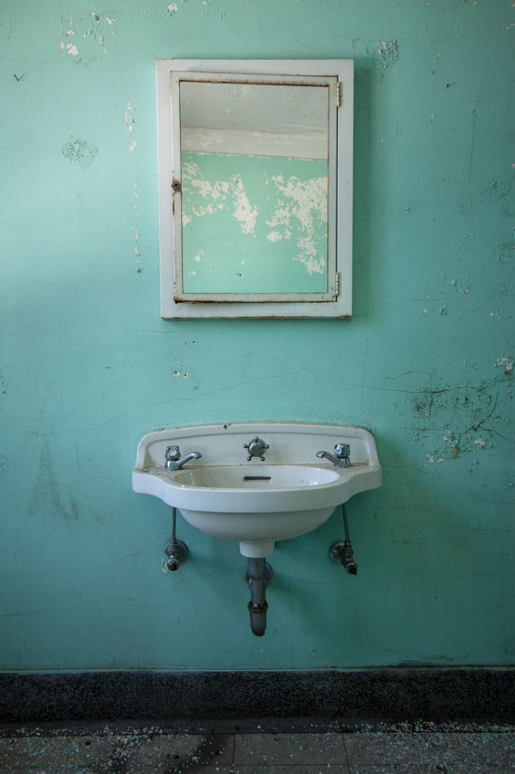 """StevenBley 25mirrors photographie urbex miroir lieux abandonnes 40 - """"25 Mirrors"""" : une série de photos urbex avec le miroir comme seul sujet"""