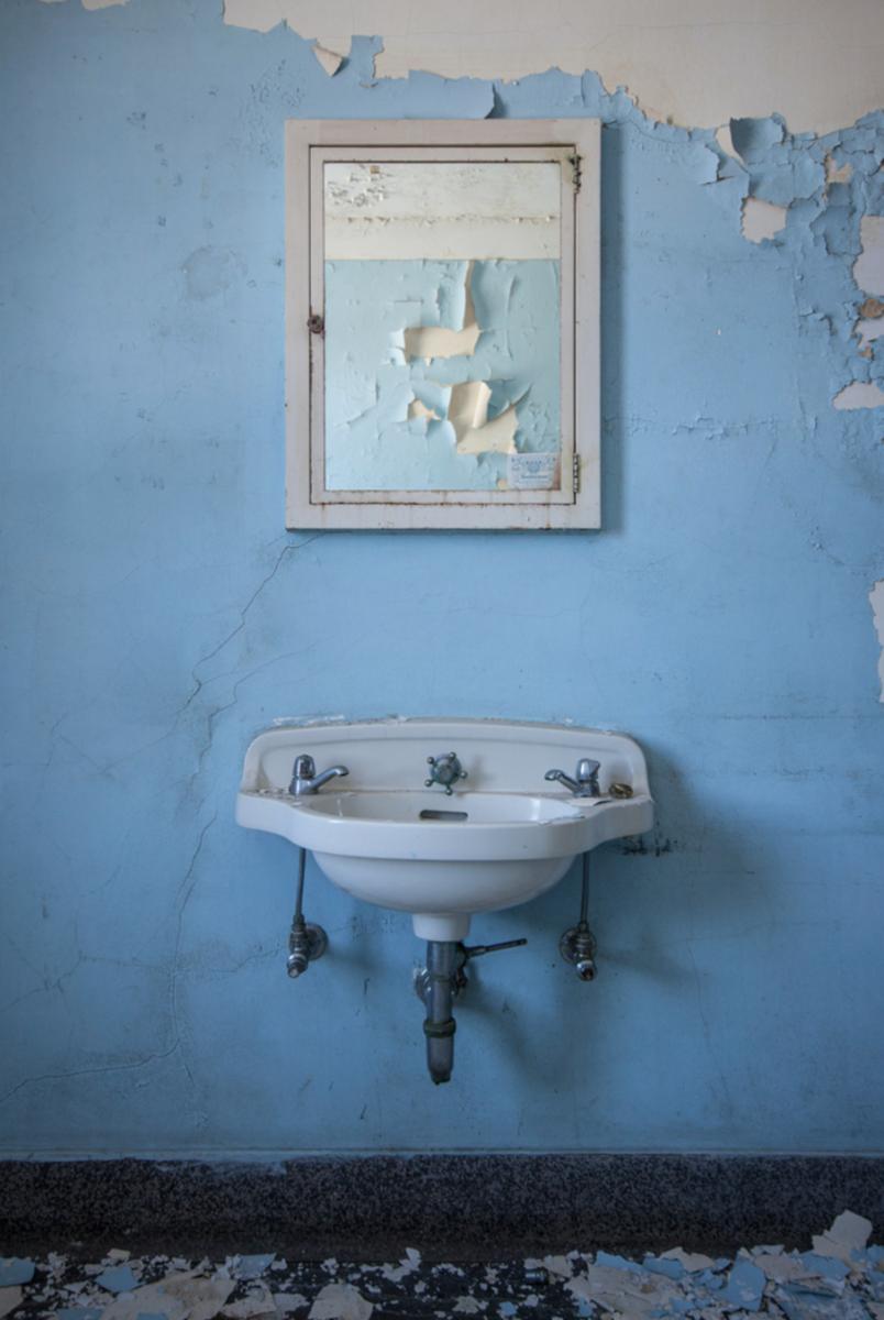 """StevenBley 25mirrors photographie urbex miroir lieux abandonnes 51 lavabo - """"25 Mirrors"""" : une série de photos urbex avec le miroir comme seul sujet"""