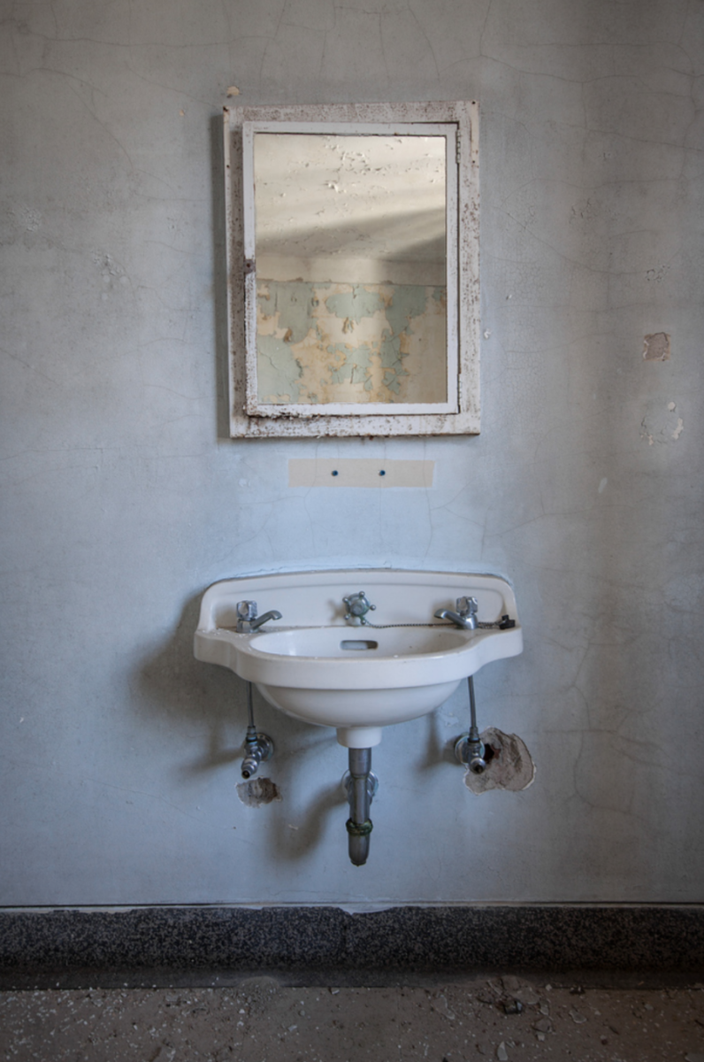 """StevenBley 25mirrors photographie urbex miroir lieux abandonnes2.50 lavabo - """"25 Mirrors"""" : une série de photos urbex avec le miroir comme seul sujet"""