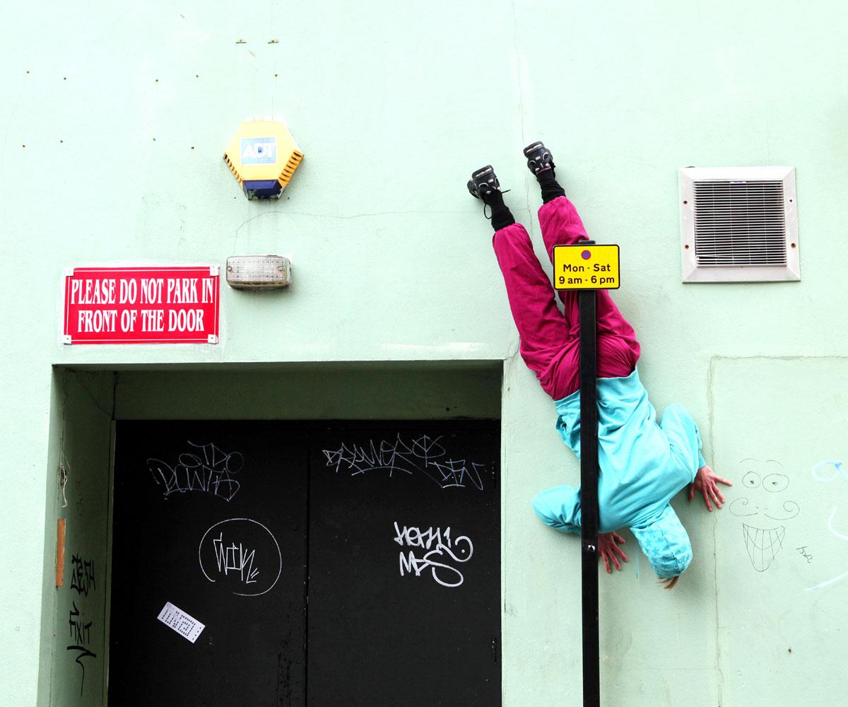Willi Dorner Bodies in urban spaces Brighton poteau - Le chorégraphe Willi Dorner imbrique des corps humains dans le paysage urbain