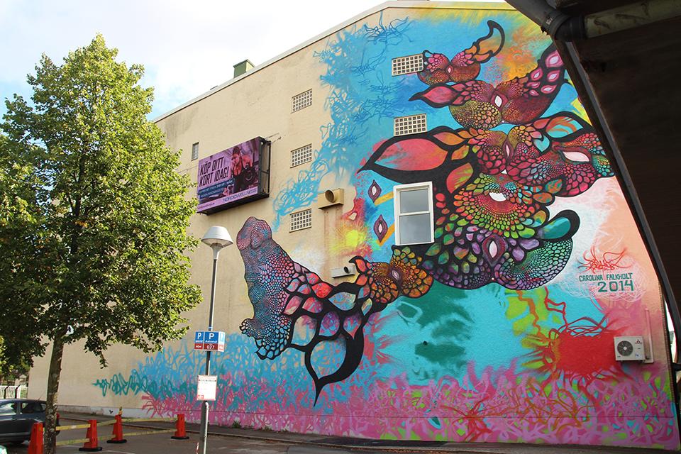 """carolina falkholt boras suede street art mur couleurs fleurs - La ville suédoise Borås accueille le festival de street art """"No Limit"""""""