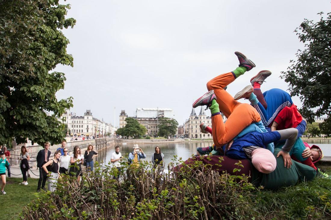 willi dorner bodies in urban spaces parc - Le chorégraphe Willi Dorner imbrique des corps humains dans le paysage urbain