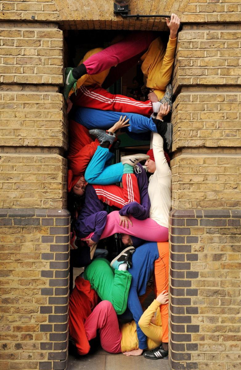 willi dorner bodies in urban spaces porte - Le chorégraphe Willi Dorner imbrique des corps humains dans le paysage urbain