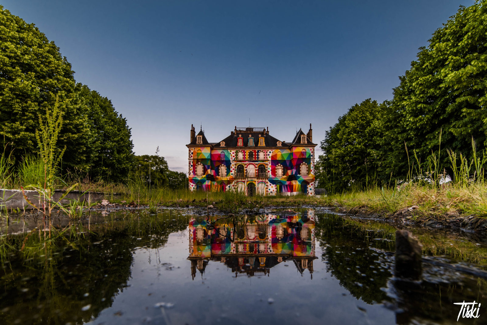 LaBel Valette Fest domaine chateau facade okuda couleurs - LaBel Valette Fest : l'art et les cultures urbaines font revivre un château abandonné