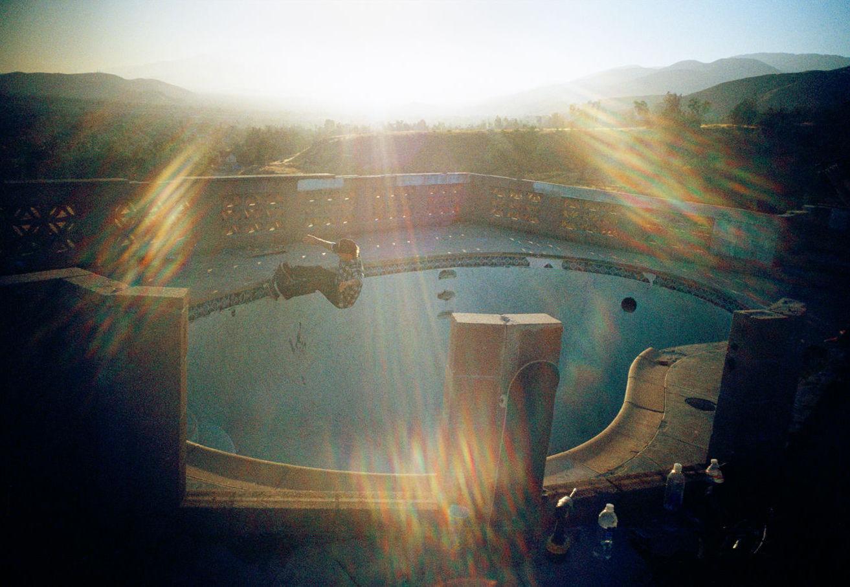 Tino Razo piscines californie urbex skate - Le skateur Tino Razo sillonne la Californie et photographie ses tricks dans des piscines abandonnées