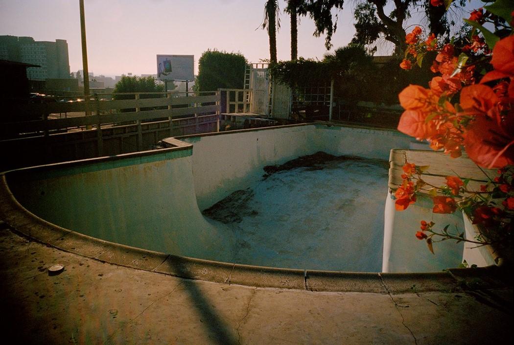 Tino Razo piscines caliornie urbex skate - Le skateur Tino Razo sillonne la Californie et photographie ses tricks dans des piscines abandonnées