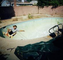 Le skateur Tino Razo sillonne la Californie et photographie ses tricks dans des piscines abandonnées