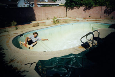 Tino Razo piscines urbex skate californie 400x268 - Le skateur Tino Razo sillonne la Californie et photographie ses tricks dans des piscines abandonnées
