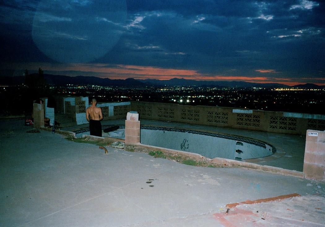 Tino Razo piscines urbex skate nuit - Le skateur Tino Razo sillonne la Californie et photographie ses tricks dans des piscines abandonnées
