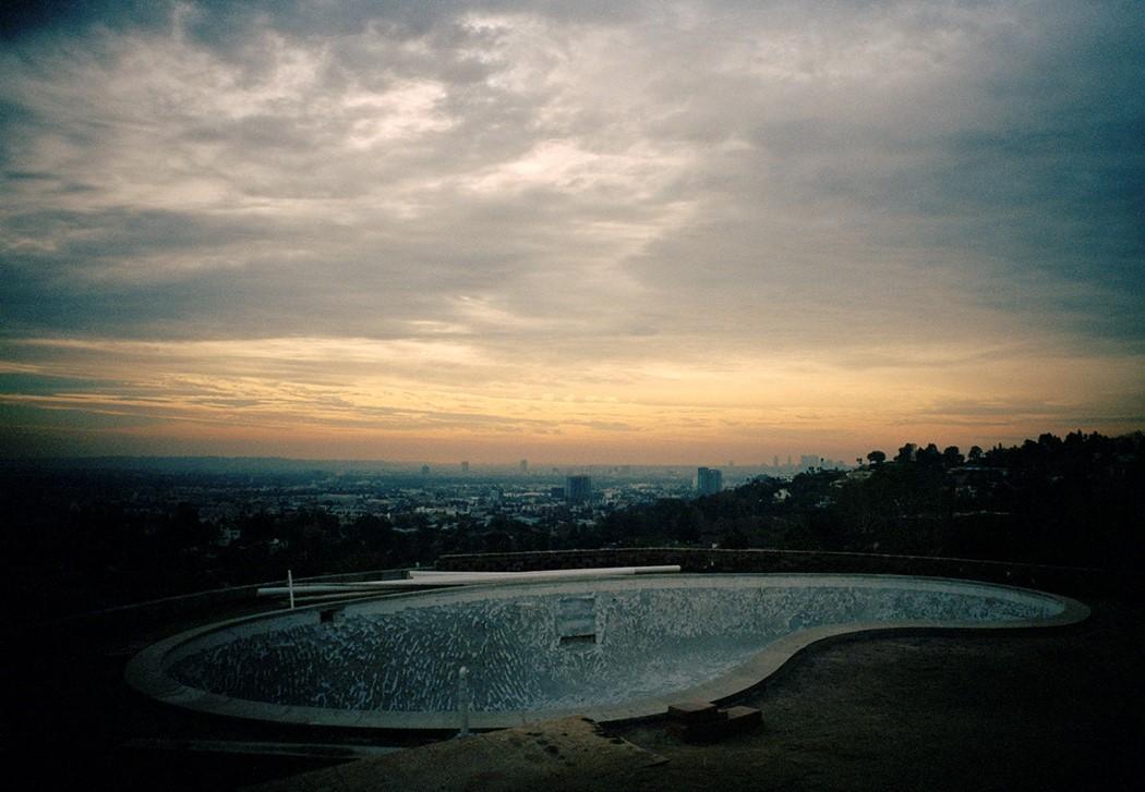 Tino Razo piscines urbex usa skate - Le skateur Tino Razo sillonne la Californie et photographie ses tricks dans des piscines abandonnées
