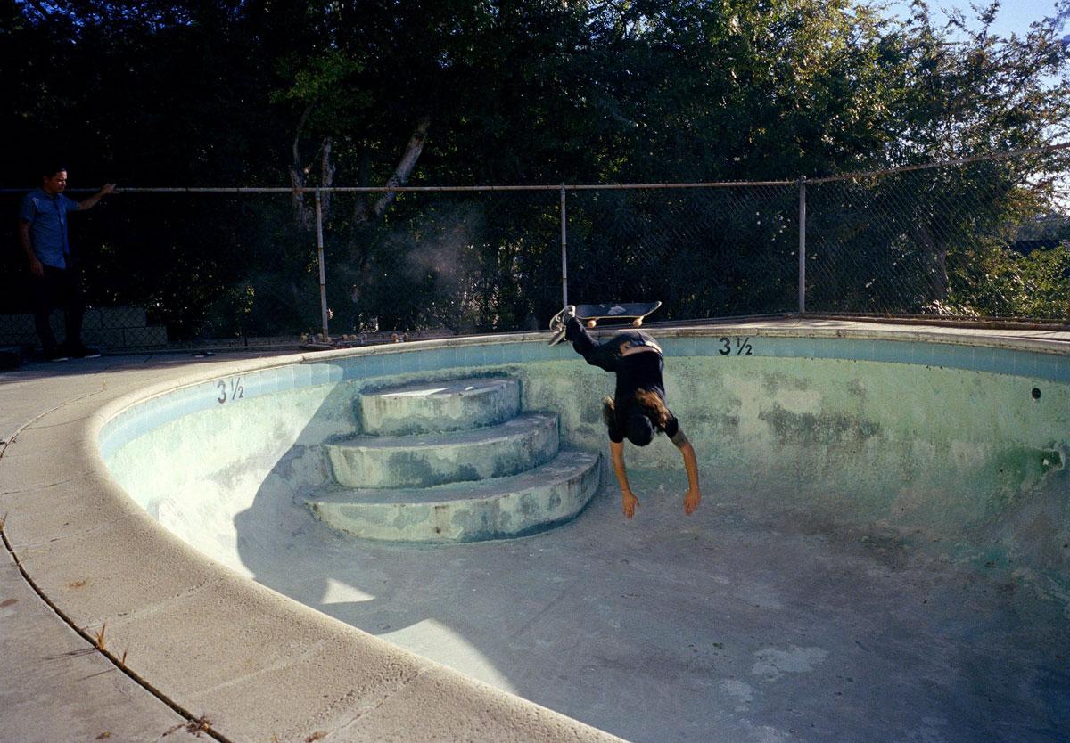 Tino Razo skate piscines urbex - Le skateur Tino Razo sillonne la Californie et photographie ses tricks dans des piscines abandonnées