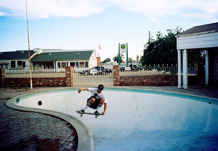 Tino Razo usa piscines urbex skate - Le skateur Tino Razo sillonne la Californie et photographie ses tricks dans des piscines abandonnées