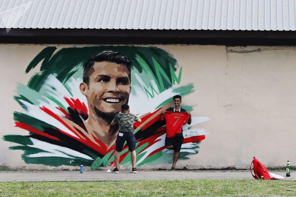 Graffiti Street Art CristianoRonaldo Russie football streetart murale collage radar SPUTNIK - Coupe du Monde de football 2018 : les plus belles œuvres de street art !