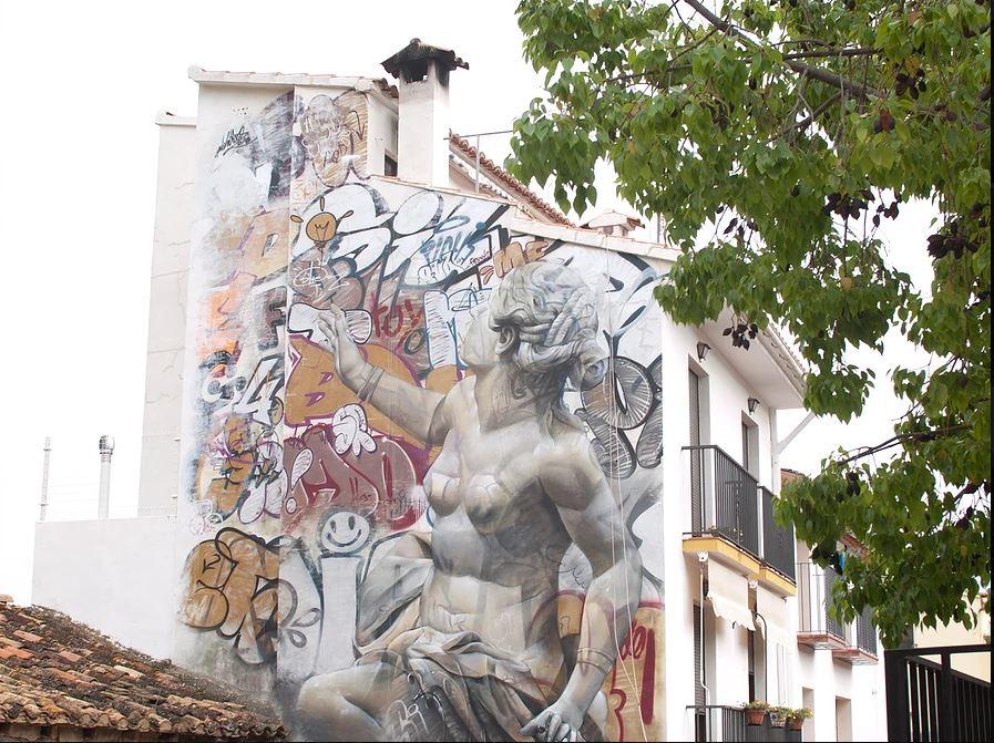 MIAU festival street art murs espagne Pichiavo graff statue grecque - Où partir cet été ? À la découverte des meilleurs festivals de street art en Europe