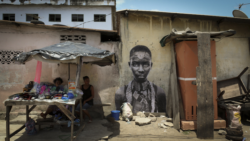 YZ street artiste portrait femme street vendors abidjan. RADAR art urbain poste Marianne - YZ, la street artiste engagée derrière la nouvelle Marianne
