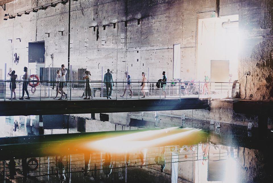 """legendes urbaines exposition base sous marine bordeaux histoire street art interieur vue ensemble - """"Légendes Urbaines"""" : le street art se déploie dans la base sous-marine de Bordeaux"""