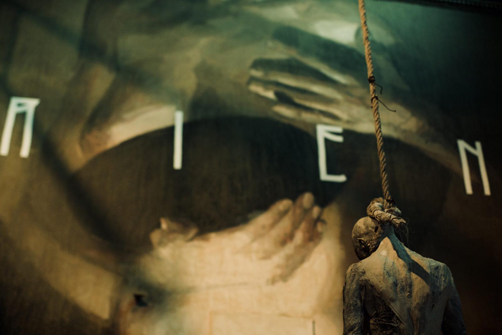 """street art marseille exposition emancipation couvent Axel Void pendu religion chapelle Psymedias 2 - """"Emancipation"""" : À Marseille, l'art urbain s'expose dans un ancien couvent"""