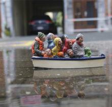 Isaac Cordal dénonce les grandes perversions à l'aide de ses figurines miniatures