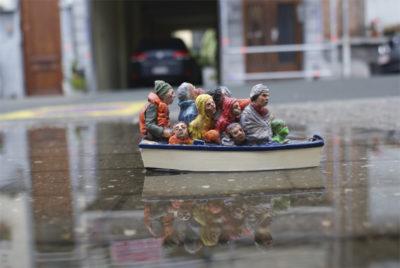 Isaac Cordal street art miniature militan radarCement Eclipses 6 400x268 - Isaac Cordal dénonce les grandes perversions à l'aide de ses figurines miniatures