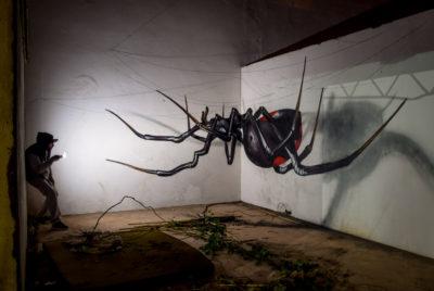 anamorphose odeith black widow 2016 400x268 - Odeith fait jaillir par anamorphose des insectes géants !